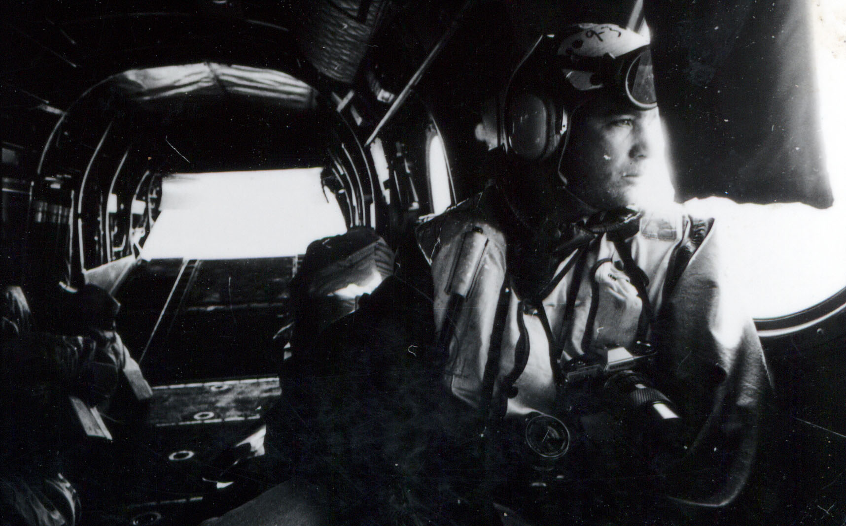 Marco Lupis on board of an US-Army helicopter, going to the  American aircraft-carrier USS Roosevelt during the last Kosovo war